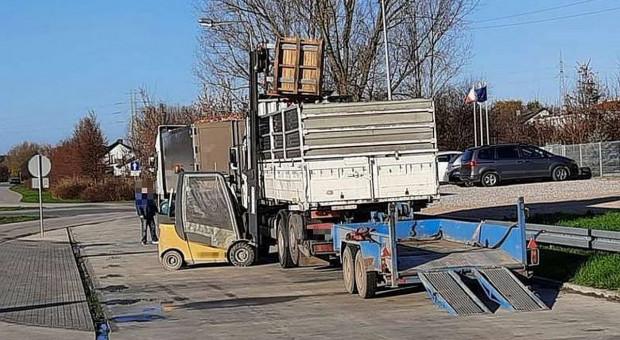 Przeładowana ciężarówka z jabłkami