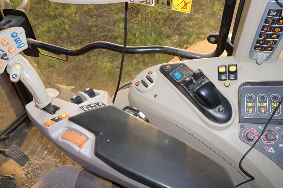 Podłokietnik najbogatszej wersji Exclusive – wszystkie zawory hydrauliczne są obsługiwane elektrycznie