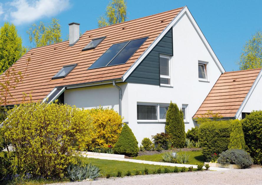 Promieniowanie słoneczne wpłaskich kolektorach słonecznych jest przetwarzane przez moduł absorbera składającego sięzsieci rurek miedzianych bądź aluminiowych przytwierdzonych docienkiej blachy miedzianej lubaluminiowej pokrytej wysoko selektywną powłoką