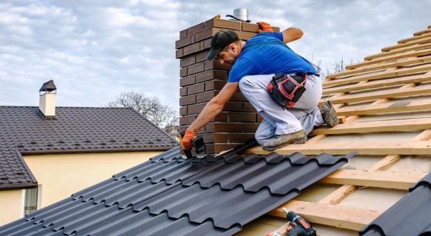 Jak bezpiecznie montować pokrycie dachowe jesienią i zimą?