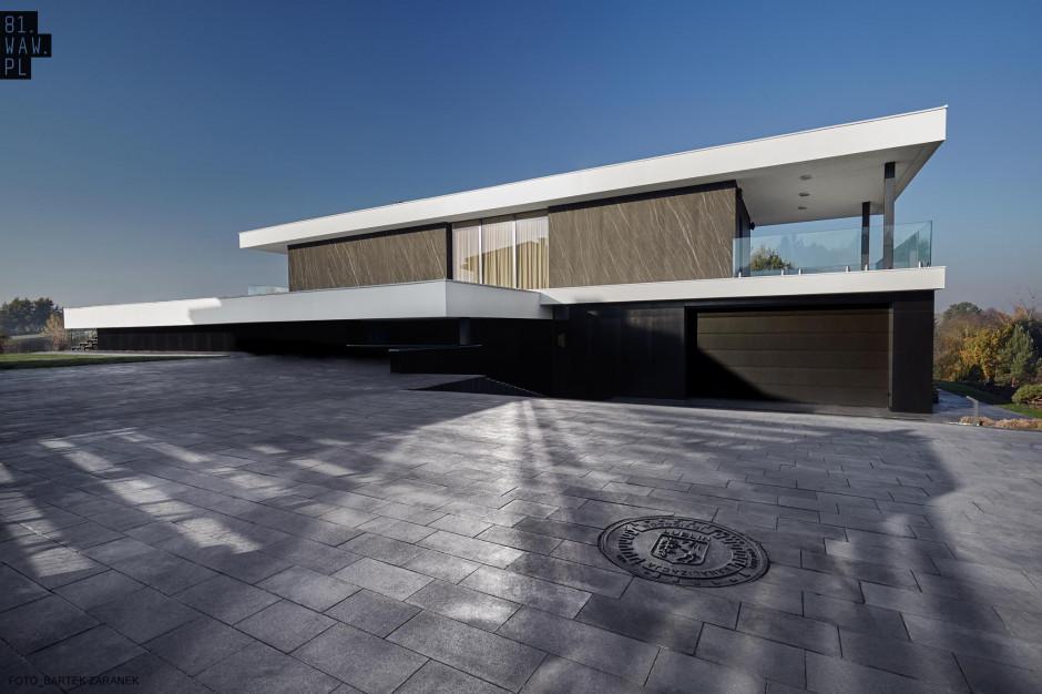 Dom Pawilon czerpie z tradycji modernizmu - lekki, prosty i ponadczasowy kształt. Foto. 81.waw.pl