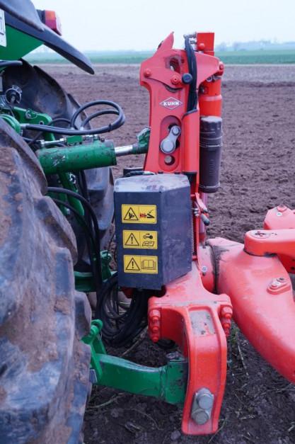 Głowica i rama są przystosowane do współpracy z ciągnikami o mocy do 300 KM. W tym przypadku pracował John Deere 7730 o mocy maksymalnej ok. 230 KM (wzmocniony). Traktor bez problemu daje sobie radę z 5-skibowym pługiem z zabezpieczeniami typu non-stop, fot.kh