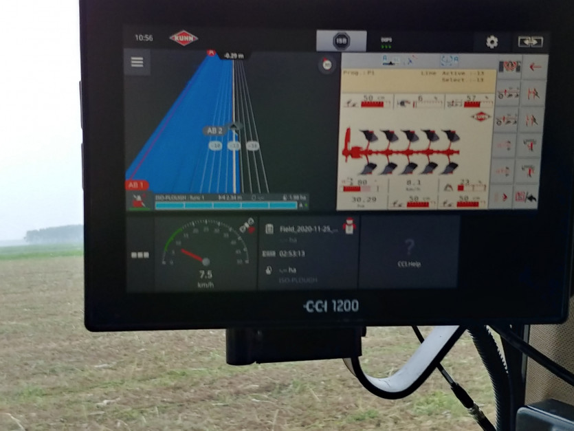 Sterowanie pługiem Kuhn Vari-Master L Smart Ploughing odbywa się w pełni elektronicznie z monitora w kabinie ciągnika, fot.kh