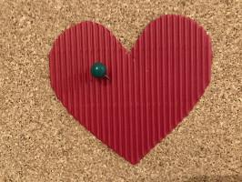Serce przebite szpilką  Po jednej stronie kartonowego serca piszemy imiona. Uczestnicy zabawy kolejno przekłuwają serce szpilką. Imię, w które trafi szpilka, oznacza przyszłego ukochanego lub ukochaną. Możemy przygotować dwustronne serce (po jednej imiona damskie, a po drugiej męskie) albo zrobić dwa serca – jedno dla pań, a drugie dla panów.