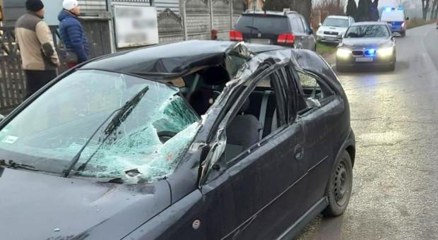 Odczepione od ciągnika brony wpadły na auto