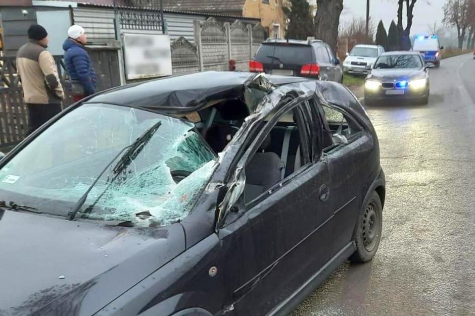 Maszyna rolnicza rozpruła szybę i dach samochodu, Foto: Policja