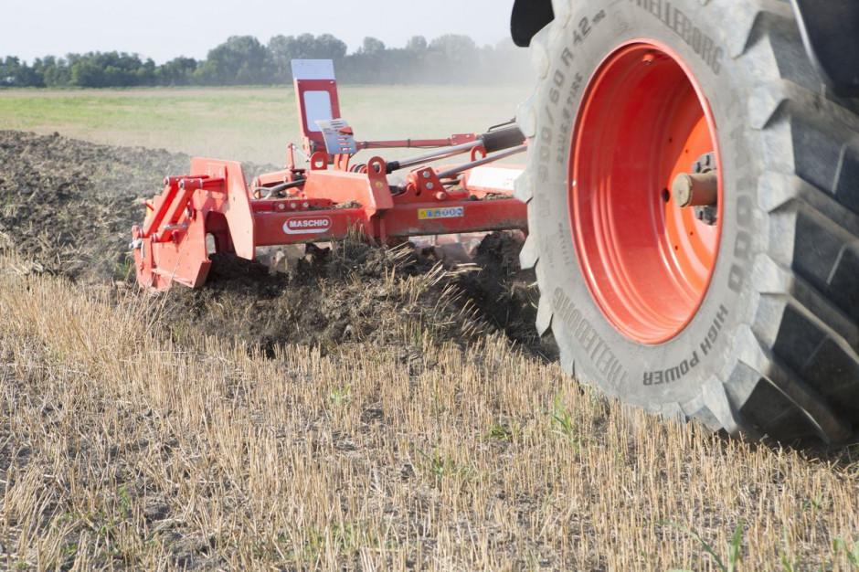 Pług dłutowy Artiglio doskonale nadaje się do wali z zagęszczeniami gleby.