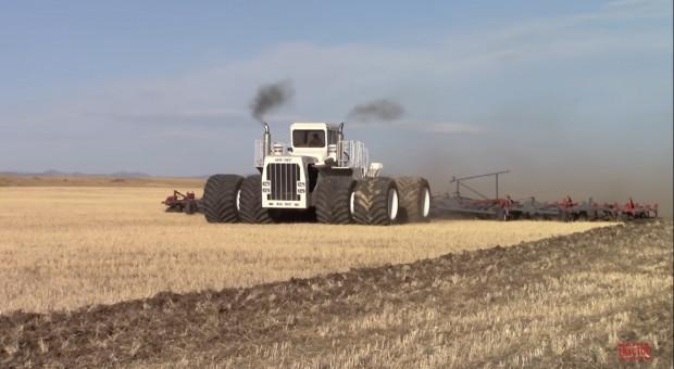 Największy ciągnik na świecie – Big Bud wraca do pracy!