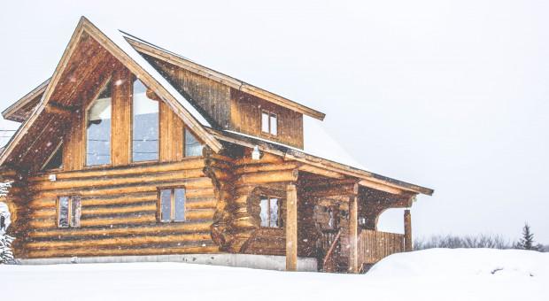 Jak prawidłowo wykonać termoizolację ściany z bali drewnianych?