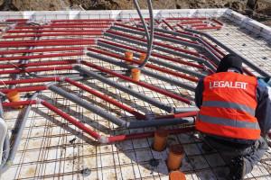 Fundament grzewczy łączy w sobie funkcje płyty fundamentowej i ogrzewania podłogowego. To sprawia, że fundament tego typu jest stosowany w domach energooszczędnych. Foto. Legalett Polska