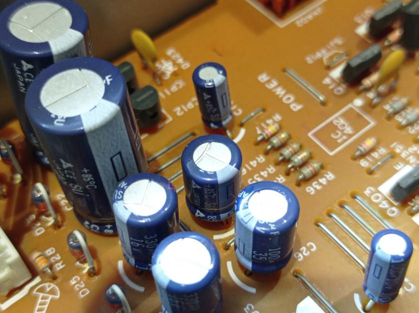 Jeden niesprawny kondensator za 5 centów i podzespół za tysiące zł do wymiany. fot.AŁ