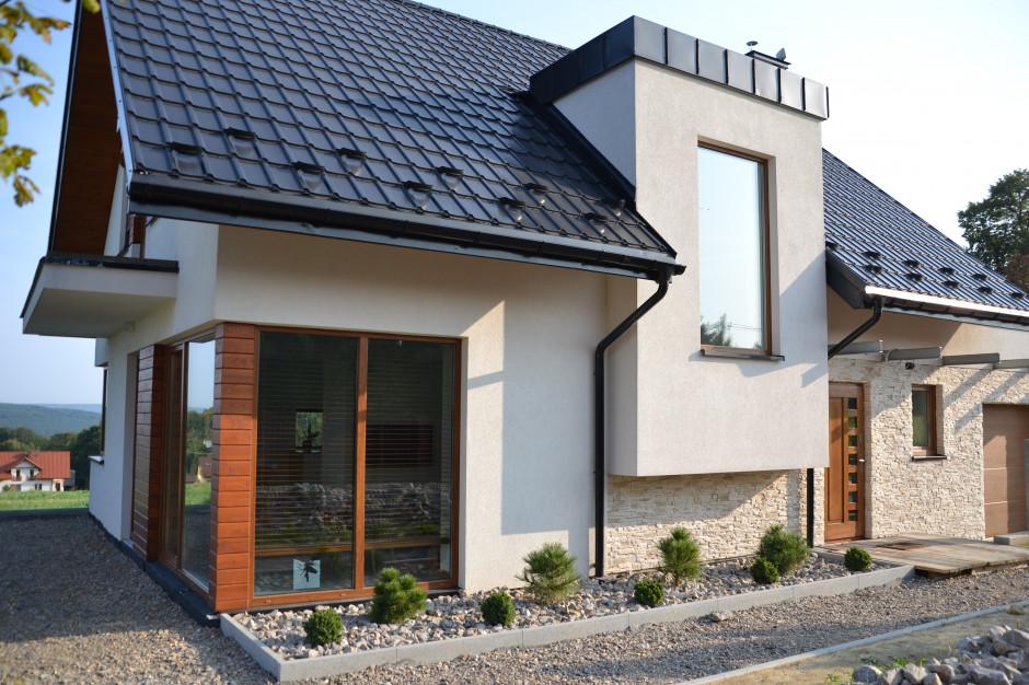 Inwestorzy zdecydowali się na tradycyjny dom ze skośnym dachem z połączoną z nim bryłą garażu. Wybrali projekt typowy pracowni Archon+. Są miłośnikami minimalistycznych rozwiązań, dlatego budynek nie został przeładowany detalem, ani kolorami. Foto. Galeco