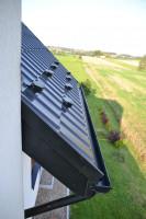 Do pokrycia dachowego idealnie dopasowano czarne rynny z systemu Galeco Stal. Foto. Galeco