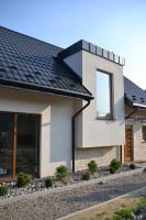 Zarówno orynnowanie na połaciach dachowych, jak i odwodnienie tarasu wykonane są z wysokiej jakości stali zabezpieczonej przed korozją. Foto. Galeco
