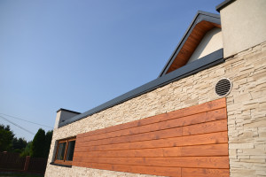 Właściciele domu postawili na wysokiej jakości materiały, dzięki czemu  dom będzie cieszył oko zarówno dziś, jak i za jakiś czas. To przecież inwestycja na lata. Foto. Galeco