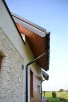 Na podbitce dachu pojawiło się lakierowane drewno o bursztynowej barwie. Foto. Galeco