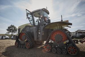Producent zapewnia również, iż jeśli zajdzie taka potrzeba, ciągnik może zostać w prosty sposób przezbrojony z gąsienic na koła. fot. mat. prasowe