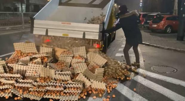 Jaja, ziemniaki i świnia na ulicy, w pobliżu domu prezesa PiS