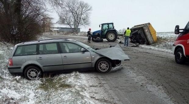 Zderzenie auta z ciągnikiem rolniczym