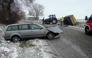 W efekcie zderzenia auto i przyczepa rolnicza znalazły się w rowie, Foto: PSP Hrubieszów