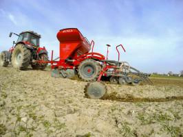 Unia FS T Drive wydajny zestaw przeznaczony do różnych typów uprawy. Opcjonalne wyposażenie pozwala na docisk każdej redlicy zsiłą do 80 kg
