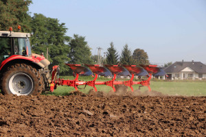 """Test """"Farmera"""": pług obracalny Akpil KM 180 4+1"""