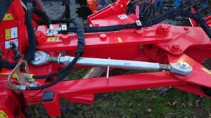 Do ustawienia szerokości roboczej pierwszego korpusu służy śruba rzymska – w opcji dostępna jest regulacja hydrauliczna