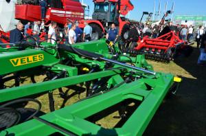 Firma Agromilka posiada w swojej ofercie pełną gamę maszyn. Na pierwszym planie kultywator do uprawy bezorkowej Vekes CHDA, fot. ArT