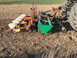 Agregat, który skonstruował rolnik, umożliwia wysiew buraka cukrowego w jednym przejeździe prosto w mulcz