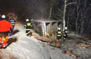 Działania ratownicze trwały ponad 7 godzin. Na miejscu pracowało 6 strażackich zastępów