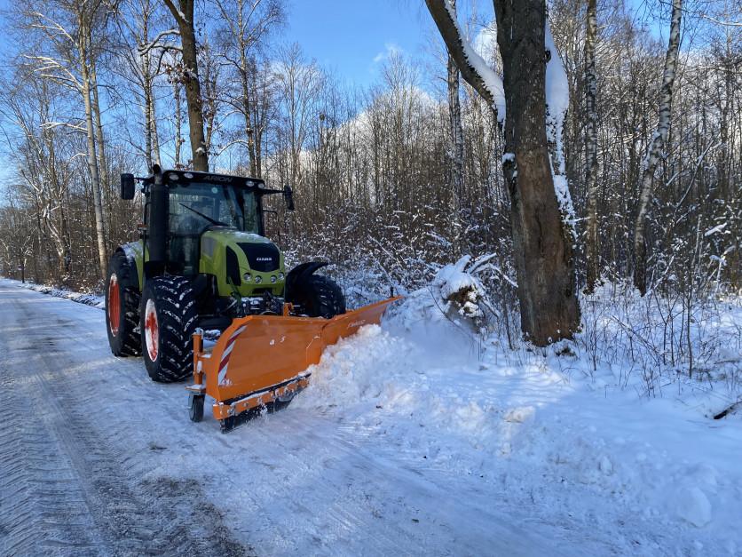 Pług śnieżny na ciągniku to częsty widok na drogach fot. Samasz