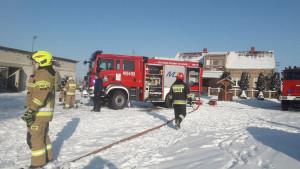 Płonący budynek gasiło 7 zastępów strażackich z KP PSP Ciechanów, OSP Sarnowa Góra i OSP Sońsk i OSP Gąsocin