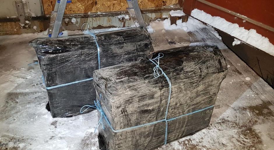 Papierosy schowane w kontenerze z soją