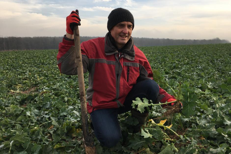 O swojej fascynacji uprawą bezorkową opowiadał nam Andrzej Suszek z Lubelszczyzny, który mając niewielkie, bo 20 ha gospodarstwo, już w roku 2006 rozpoczął swoją przygodę z uprawą bezorkową. Obecnie od ponad 10 lat nie używa pługa. Do pracy w systemie pasowym własnoręcznie skonstruował agregat, wykorzystując do jego budowy części z maszyn znajdujących się w gospodarstwa. Rolnik prowadzi również dużo obserwacji roślin i na tej podstawie stara się ulepszyć technologię uprawy w swoim gospodarstwie.