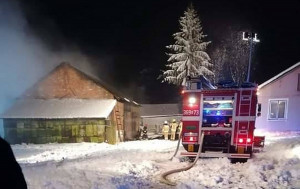 6 zastępów strażaków gasiło pożar stodoły we wsi Ujkowice w gminie Przemyśl, Fot. OSP Ujkowice