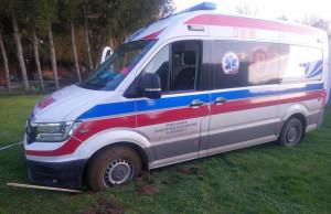Ambulans z pacjentem na pokładzie ugrzązł w błocie, fot. SPZOZ Świdnica