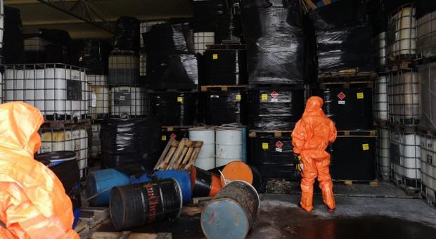 Nielegalne składowiska odpadów na Mazowszu – w przechowalni owoców i w gospodarstwie