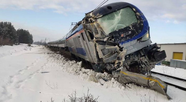 Cysterna z mleczarni zderzyła się z pociągiem