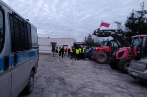 Pod komisariatem stanęło kilka ciągników i kilkadziesiąt samochodów.  Rolnicy byli przygotowani do protestu