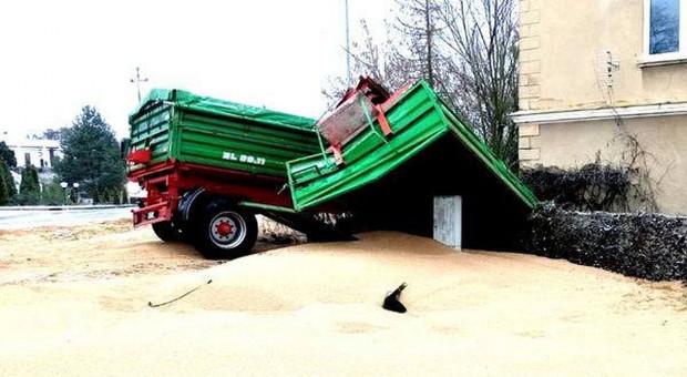 Kolizja ciągnika z ładunkiem ziarna. Było o krok od tragedii