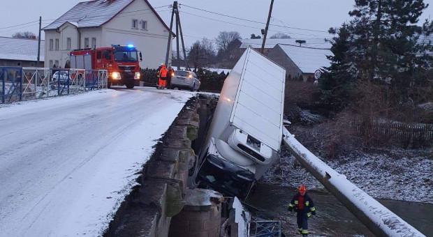 Tir spadł z mostu i uszkodził wodociąg
