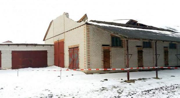 Pod ciężarem śniegu zawalił się dach