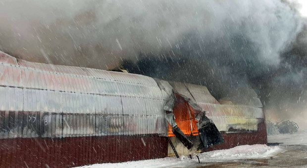 Spłonęła hala z maszynami w gospodarstwie. Milionowe straty