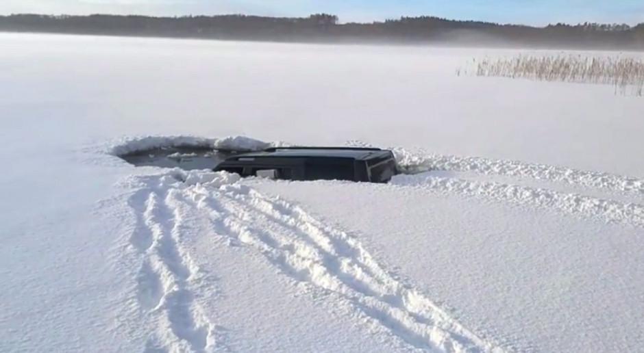 Terenówką po jeziorze, aż zarwał sie lód