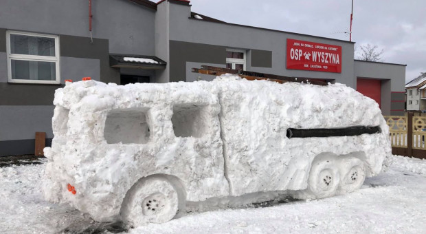 Wielkopolskie: Strażacy ulepili sobie ze śniegu wymarzony wóz gaśniczy