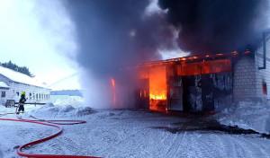 W ogniu stał budynek gospodarczy z maszynami wewnątrz, Foto: OSP Sztabin