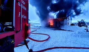 Wnętrze i dach murowanego garażu spłonęły doszczętnie. Straty będą znaczne, Foto: OSP Sztabin
