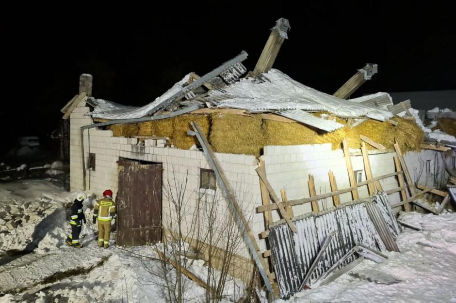 Gruba warstwa śniegu okazała się zbyt ciężka dla dachu obory, fot. OSP Suchowola