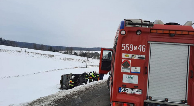 Traktor dachował, ranny pasażer