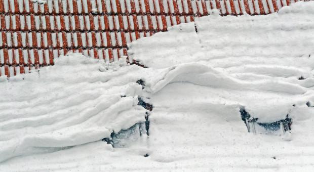 Służby apelują o usuwanie śniegu i lodu z dachów